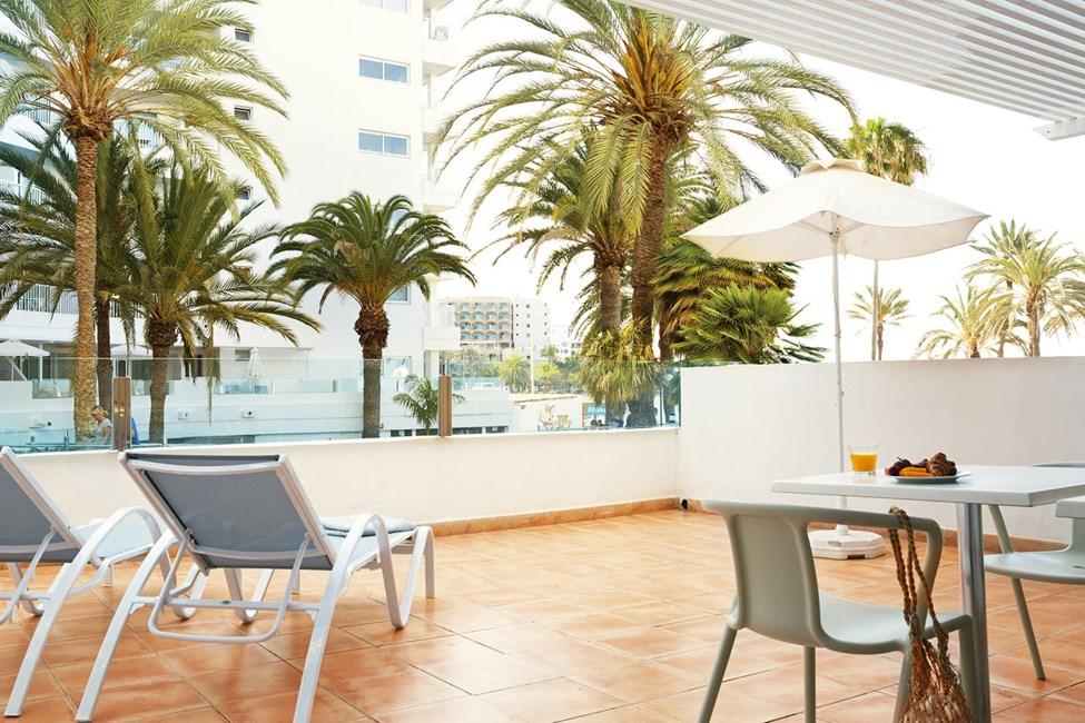 Større 2-værelses Family-lejlighed med balkon mod havet