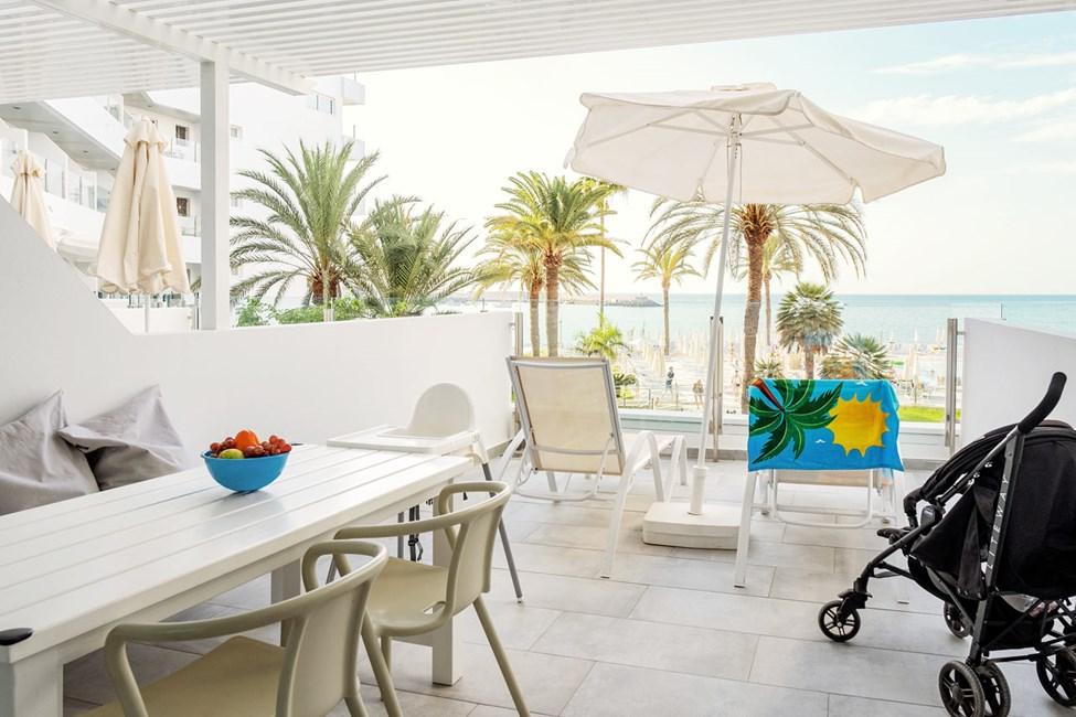 1-værelses Happy Baby-lejlighed med balkon mod havet og separat sovedel