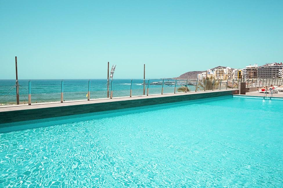 Fra poolområdet er der fin udsigt over stranden og havet