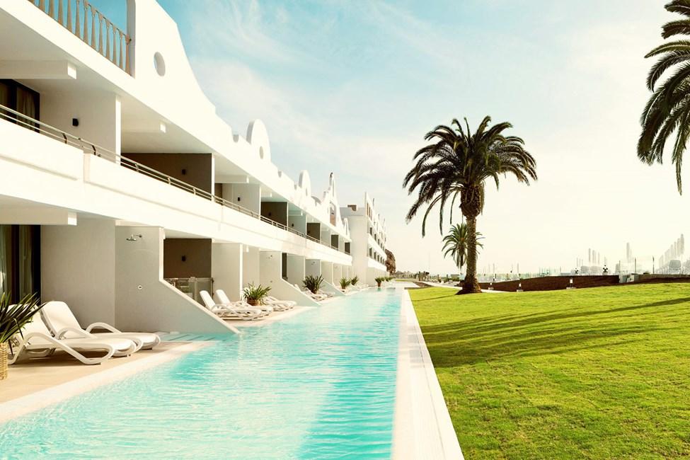 Vil du unde dig selv lidt ekstra luksus, kan du bestille en 2-værelses Club Suite med direkte adgang til privat pool, som deles med 11 andre suiter
