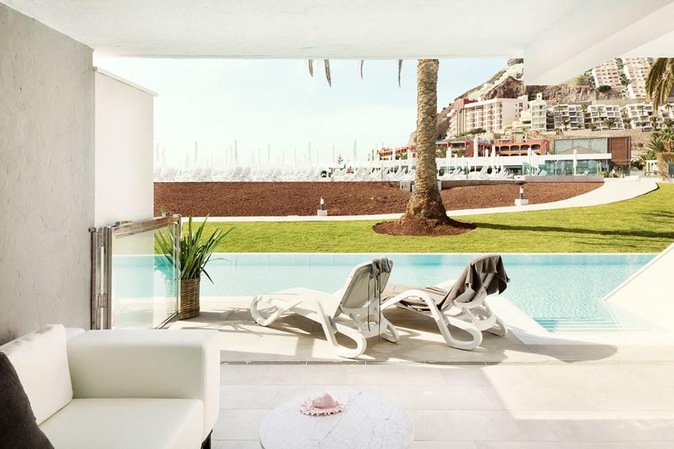 3-værelses Club Suite med indhegnet terrasse og direkte adgang til privat pool, som deles med 11 andre suiter