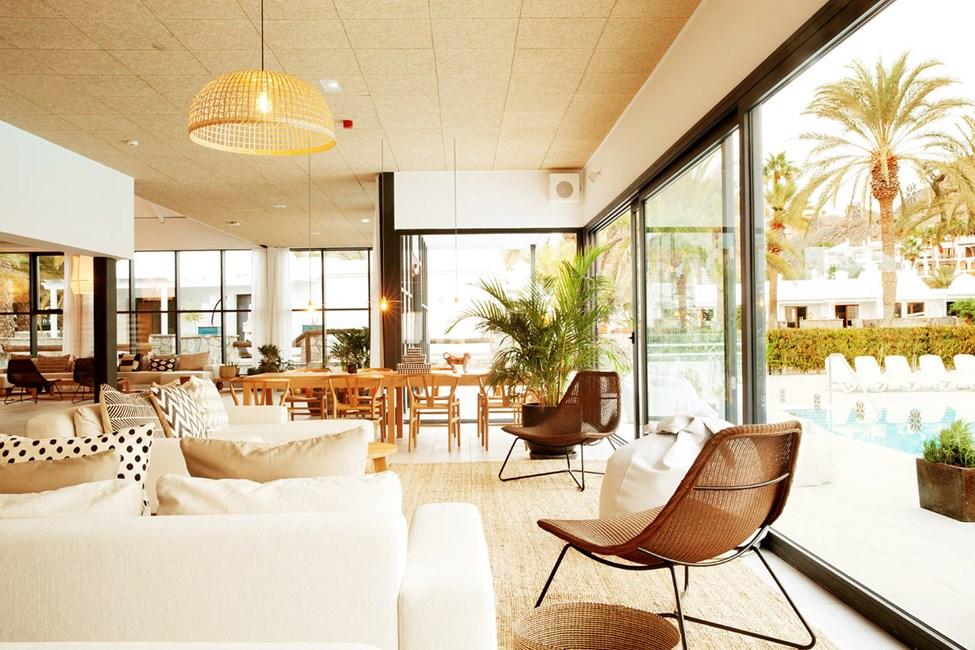 I hotellets lounge kan du slappe af med en god bog og nyde ferien