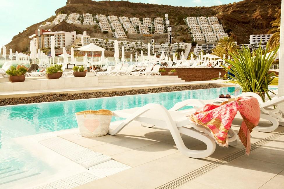 Større 2-værelses Club Suite med indhegnet terrasse og direkte adgang til privat pool, der deles med 11 andre suiter