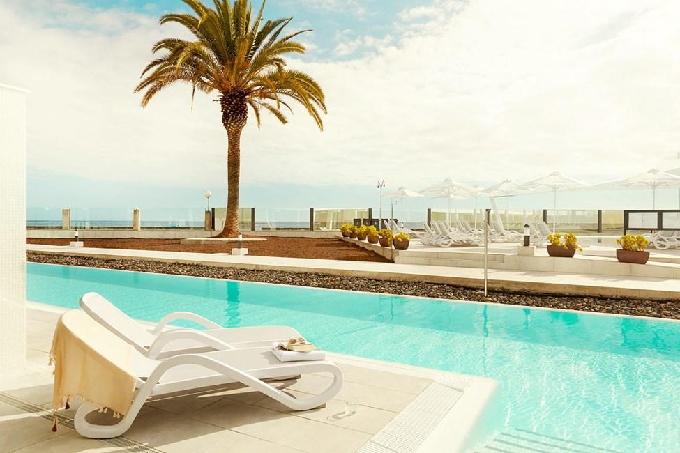 3-værelses Club Suite med terrasse og direkte adgang til privat pool, som deles med 11 andre suiter