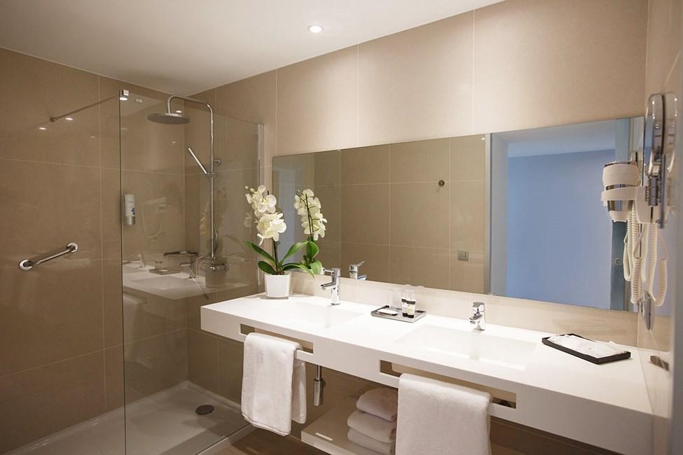 Badeværelse i et dobbeltværelse