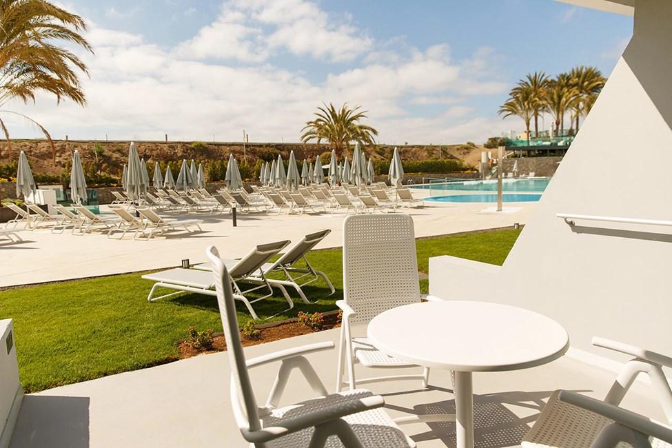 Dobbeltværelse med terrasse mod poolområdet