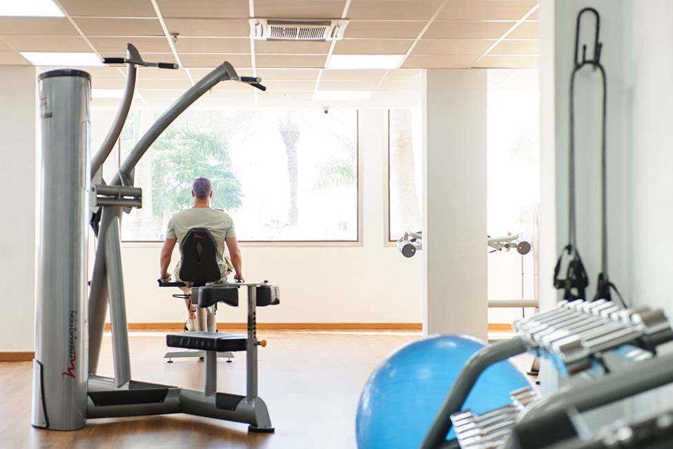 Hotellets motionsrum har aircondition, og her kan du styrketræne på egen hånd.