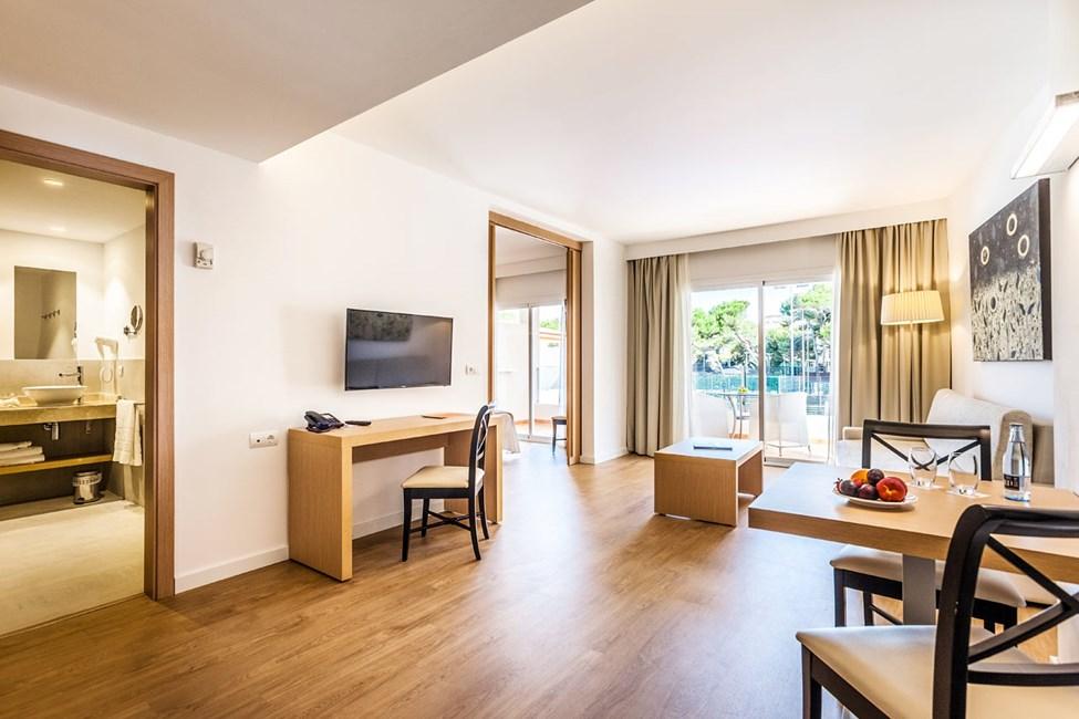 3-værelses lejlighed med fire senge og balkon mod gaden