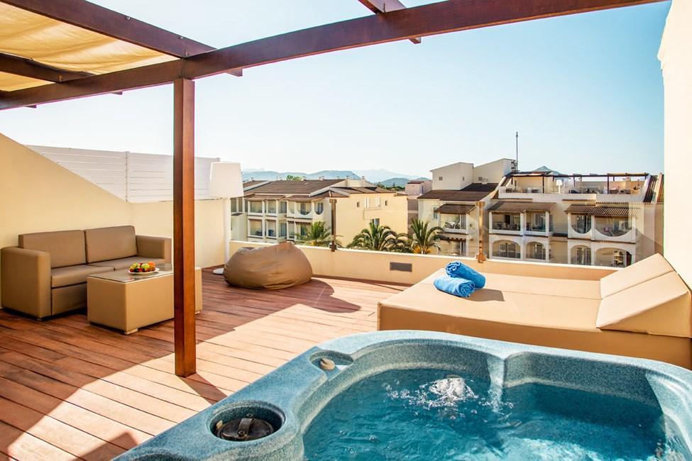 2-værelses lejlighed mod poolområdet og med tagterrasse med boblebad