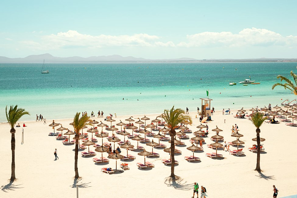 Stranden neden for hotellet er bred, lang og med kridhvidt sand
