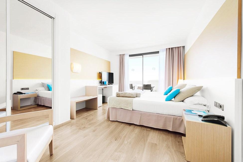 Soveværelse i juniorsuite med to rum med balkon og havudsigt