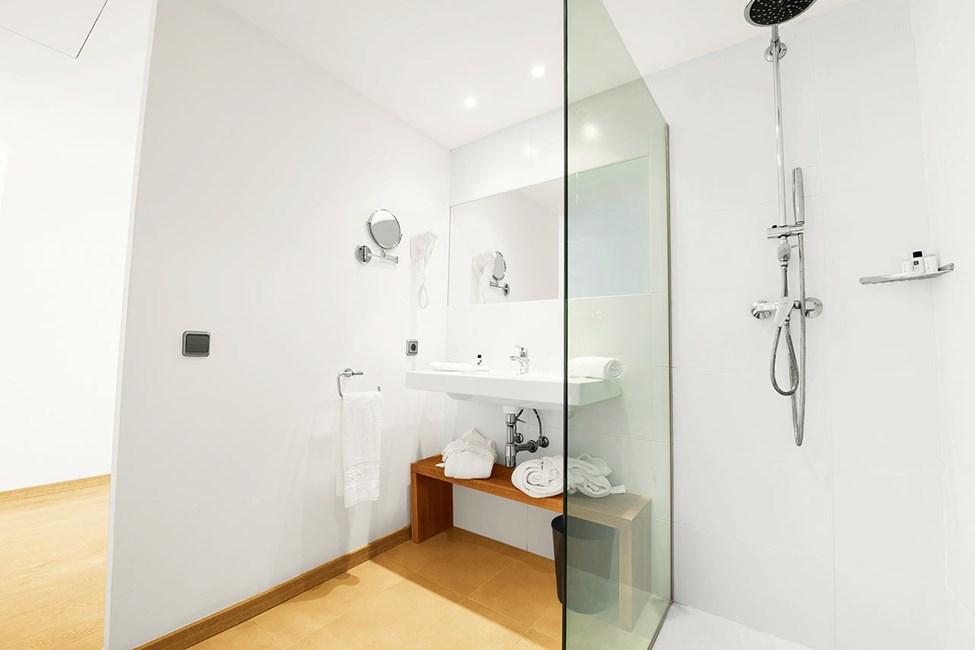 Badeværelse i dobbeltværelse med to rum