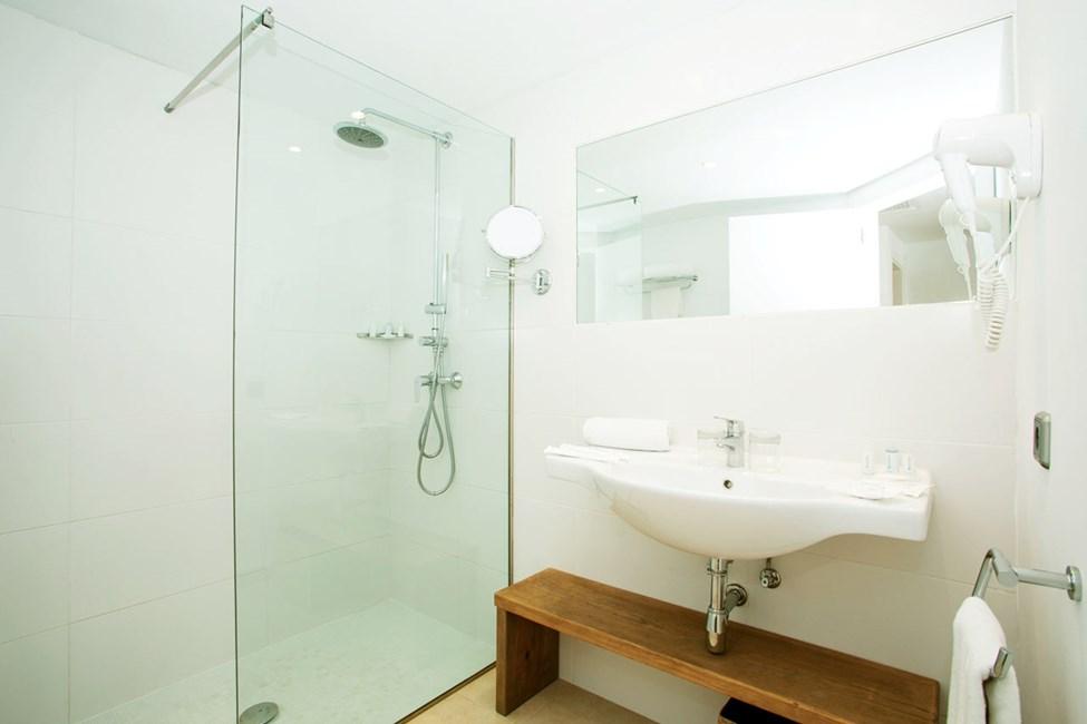Badeværelse i dobbeltværelse