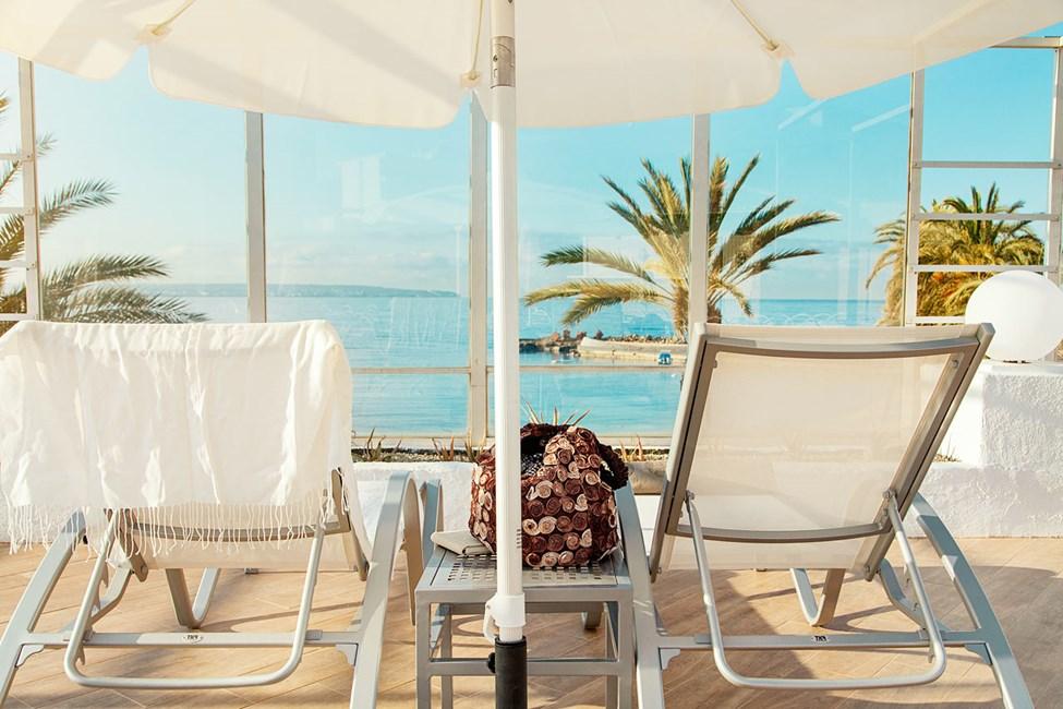 Fra poolområdet kan du nyde udsigten over havet