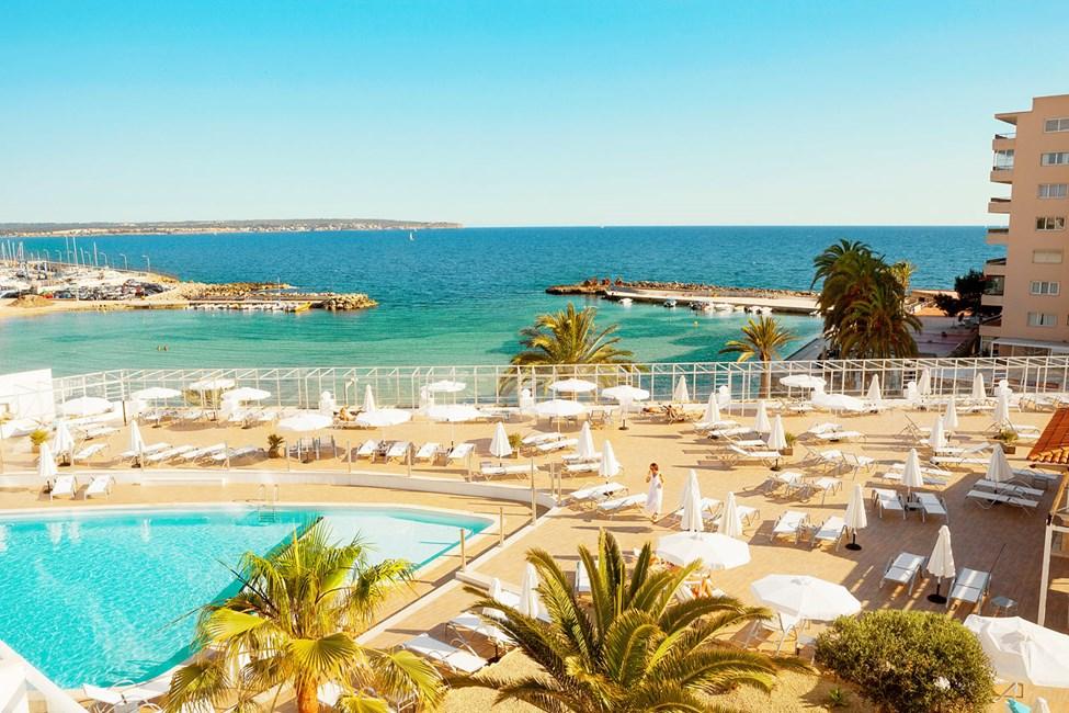 Fra hotellets dejlige poolområde har du flot udsigt over Middelhavet