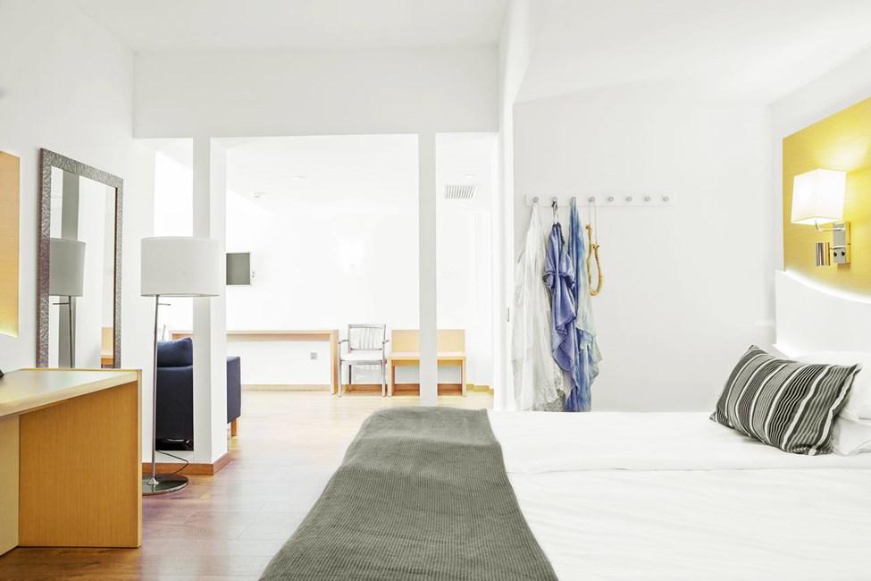 Junior Suite med lille balkon med begrænset havudsigt