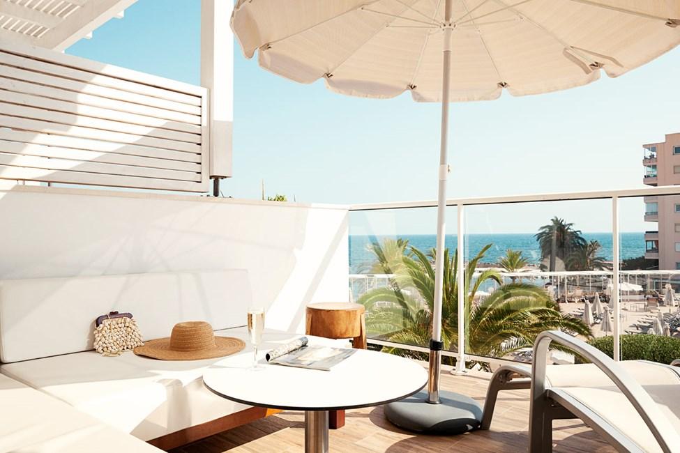 Mindre Prime Lounge Suite med stor balkon med havudsigt