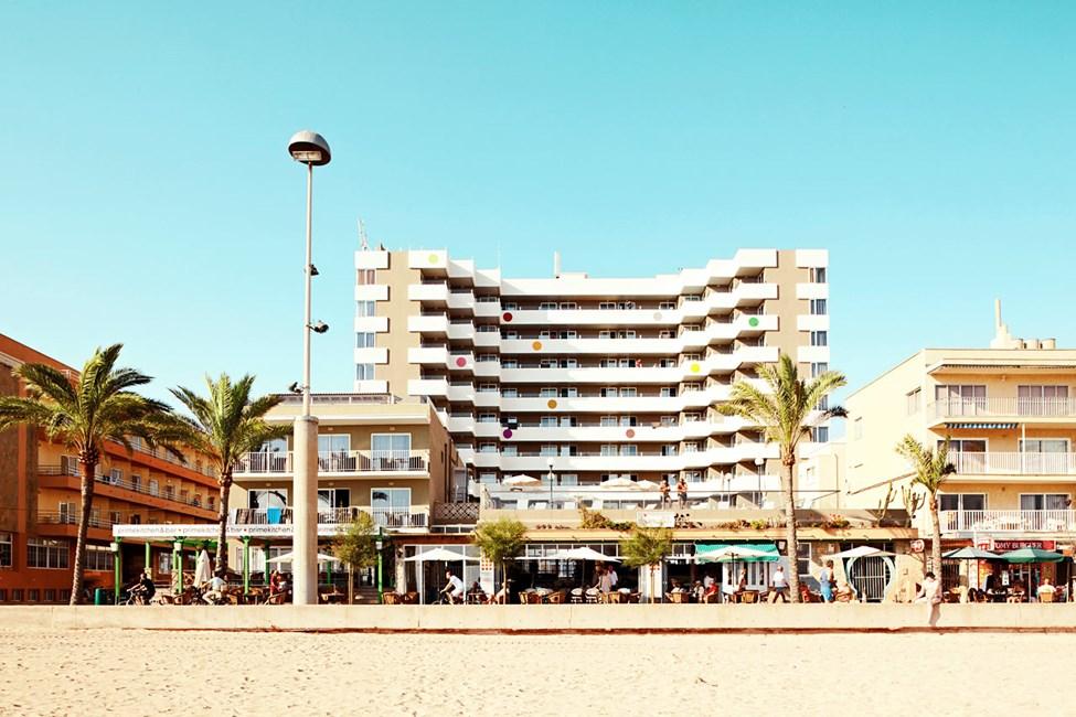 Hotellet ligger direkte ved stranden