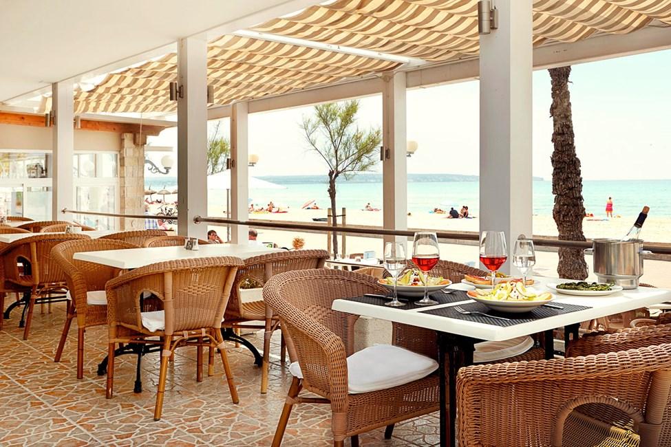 Restauranten ligger ud til Playa del Palmas populære strandpromenade