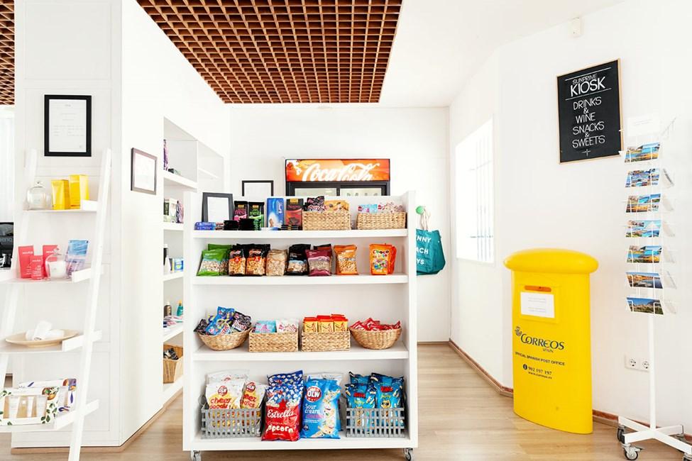 I hotellets kiosk kan du købe snacks, drikkevarer, solcreme m.m.