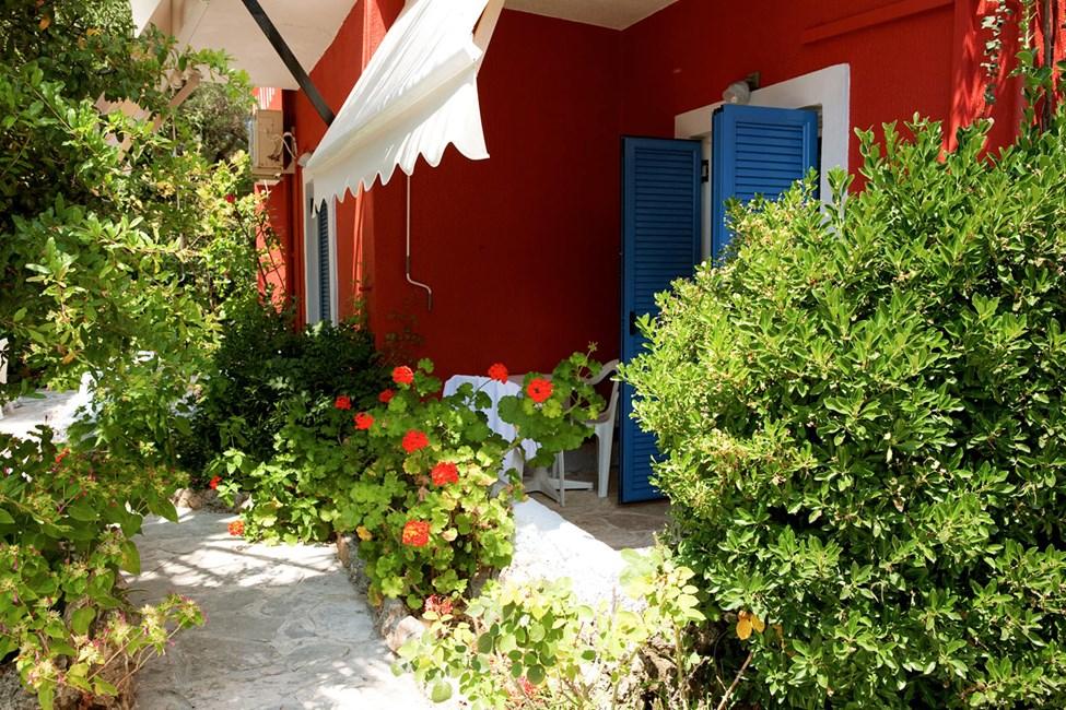Nogle værelser har en lille terrasse omgivet af frodig bevoksning