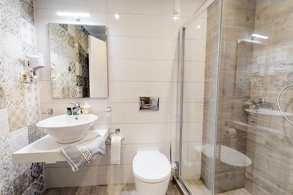 Badeværelse i dobbeltværelser og dobbeltværelser med havudsigt