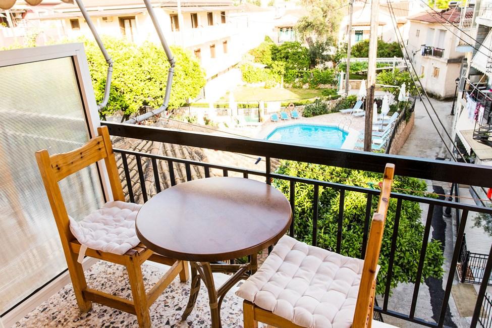 Balkon til større 1-værelses lejlighed med mulighed for ekstra opredning