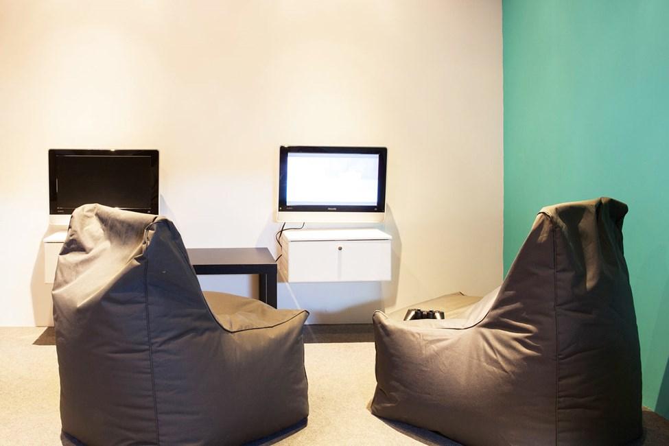 I Helios Teen Lounge kan du spille PlayStation, chatte med vennerne derhjemme og surfe på nettet.