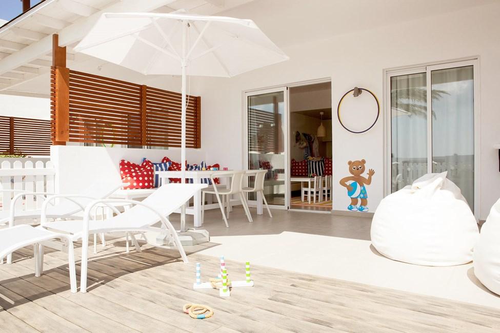 Lollo & Bernie Suite med indhegnet terrasse mod poolområdet i Helios