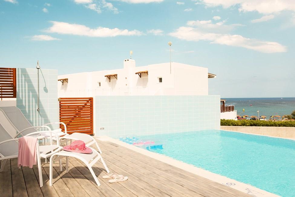 3-værelses Royal Pool Suite med stor terrasse og direkte adgang til privat pool, som deles med 3-5 andre suiter i Helios
