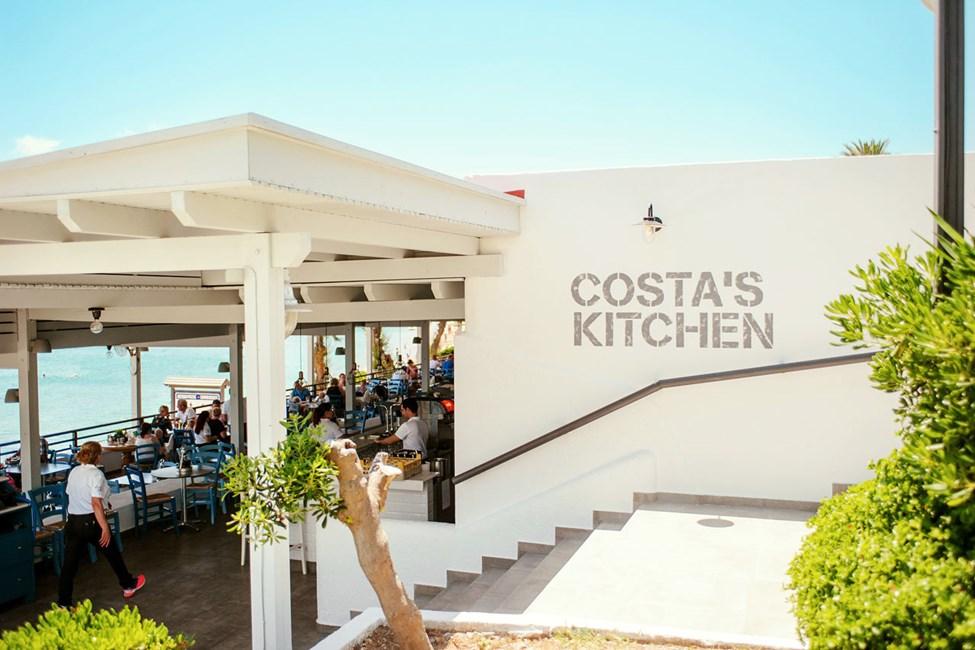 Costa's Kitchen serverer både lokale retter og feriefavoritter som pizza og burger