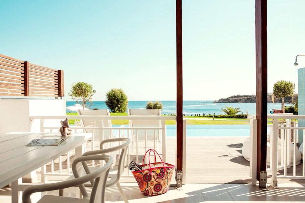 2-værelses Royal Pool Suite med stor terrasse, havudsigt og adgang til privat, delt pool i Triton