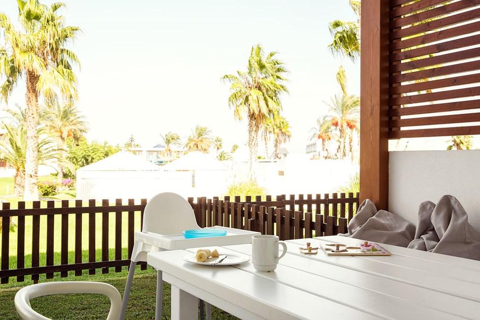2-værelses Happy Baby-lejlighed med stor terrasse mod omgivelserne i Helios