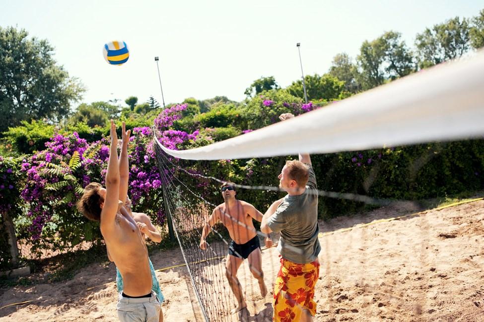 Spil volleyball i ferien på Sunwing Kallithea Beach