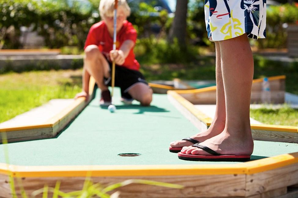 Spil minigolf i ferien