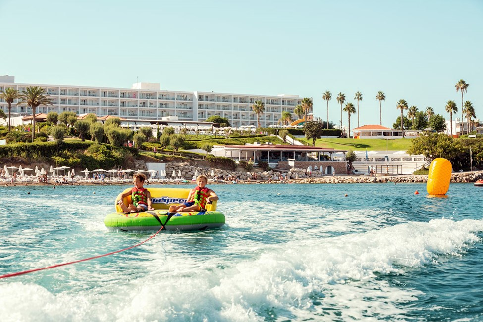 På stranden ved Sunwing Kallithea Beach tilbydes forskellig slags vandsport