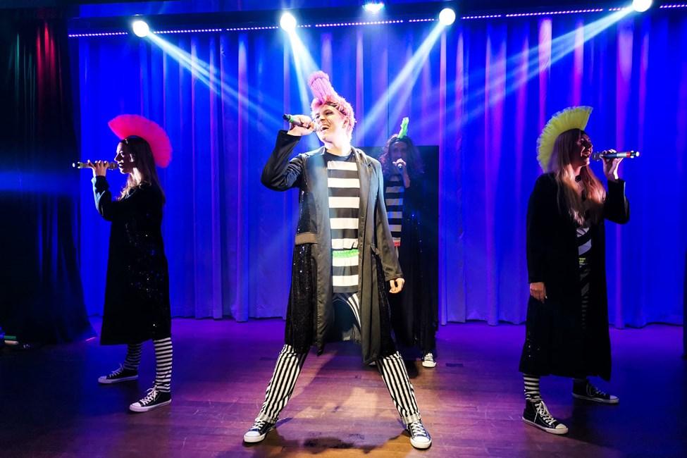 Flere aftener om ugen kan du nyde et farverigt show fremført af dygtige artister