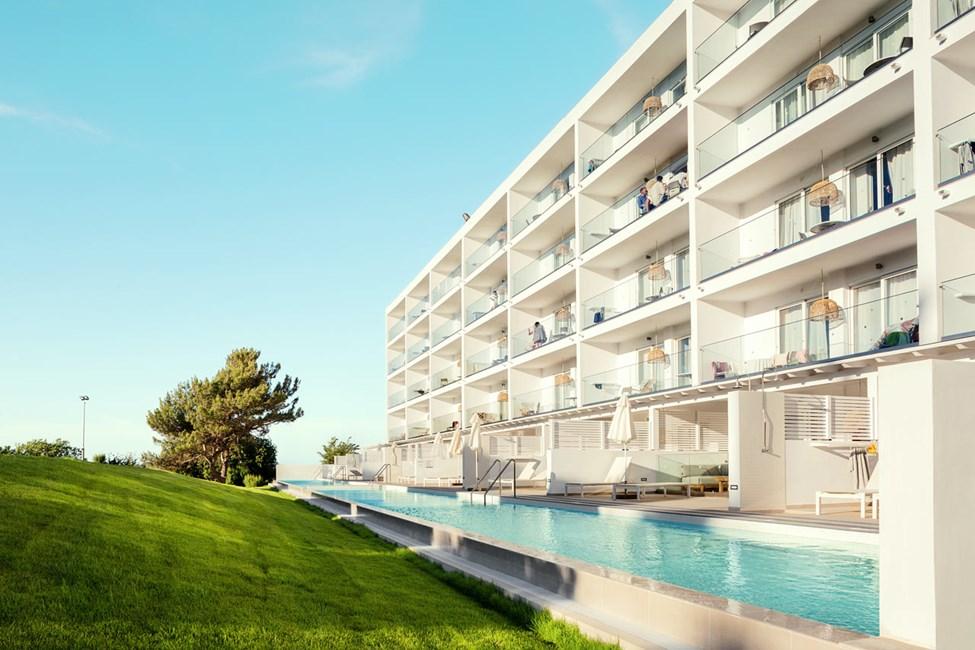 2-værelses Royal Pool Suiter med stor terrasse mod omgivelserne og 2-værelses Family-lejligheder med balkon mod omgivelserne i Athena