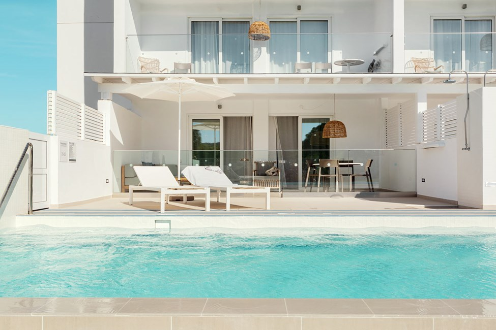 2-værelses Royal Pool Suite med stor terrasse mod omgivelserne i Athena