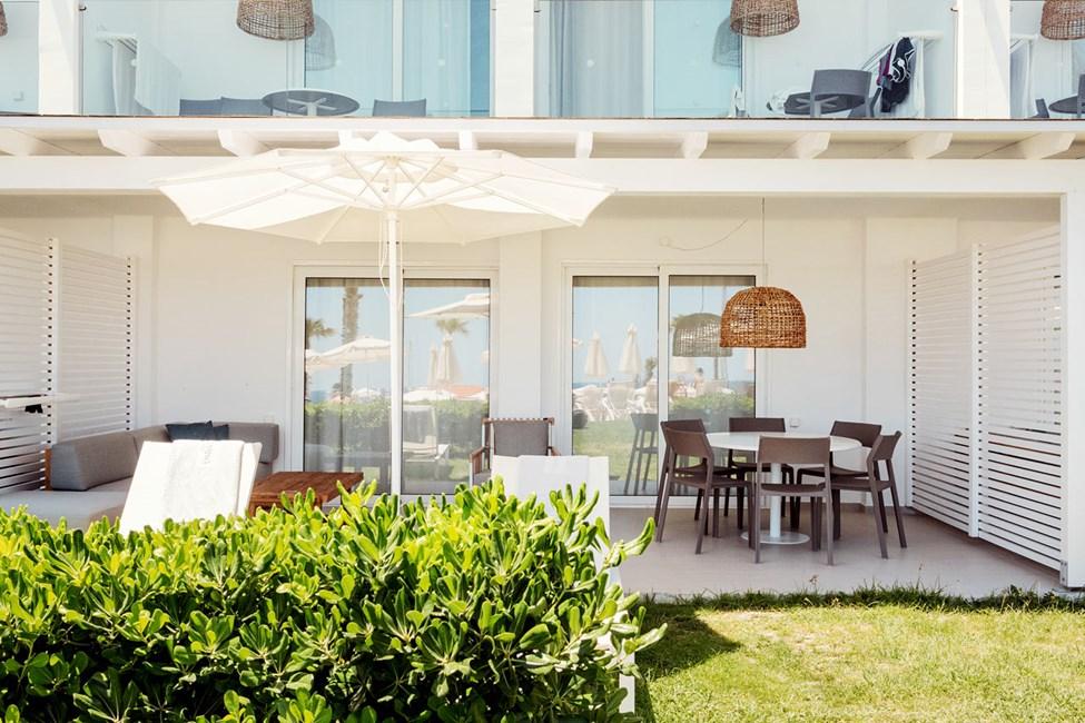 3-værelses Royal Lounge Suite med stor terrasse mod poolområdet i Athena