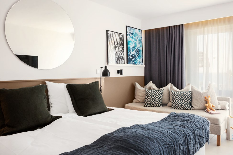 Renoverede 1-værelses Royal Pool Suiter og 1-værelses Family-lejligheder med balkon mod haven i Ariadne