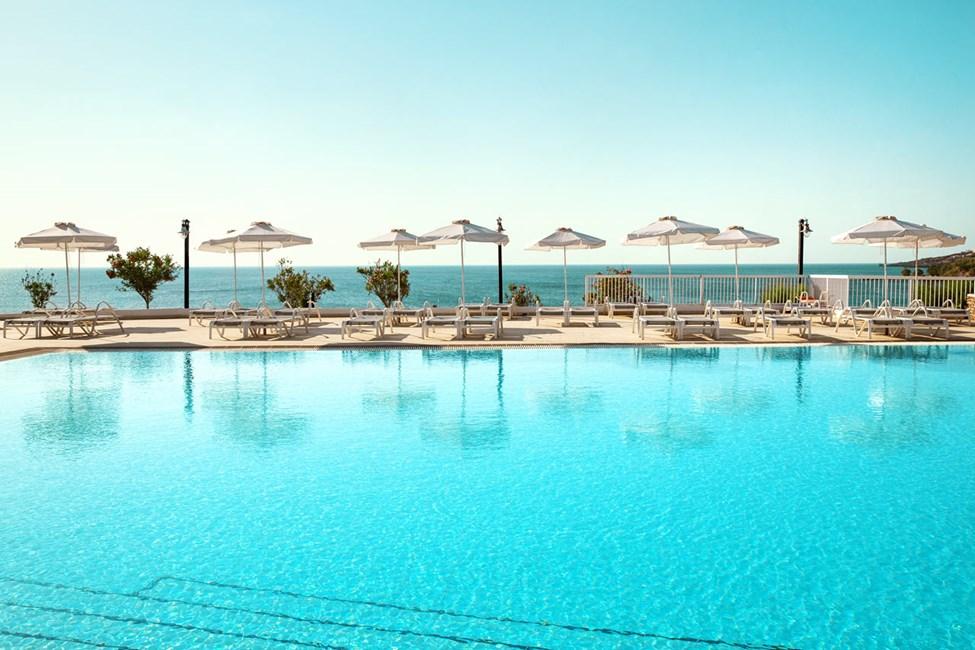 1-værelses Royal Pool Suiter og 1-værelses Family-lejligheder med balkon mod haven i Ariadne