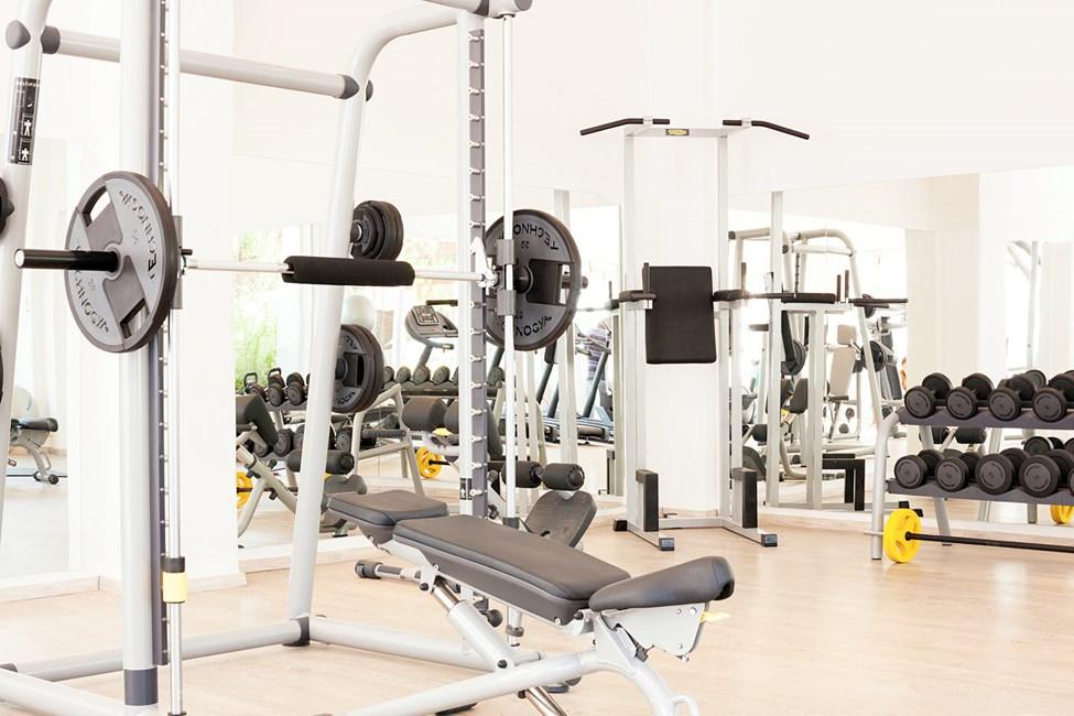 I hotellets motionsrum findes både maskiner og frivægte