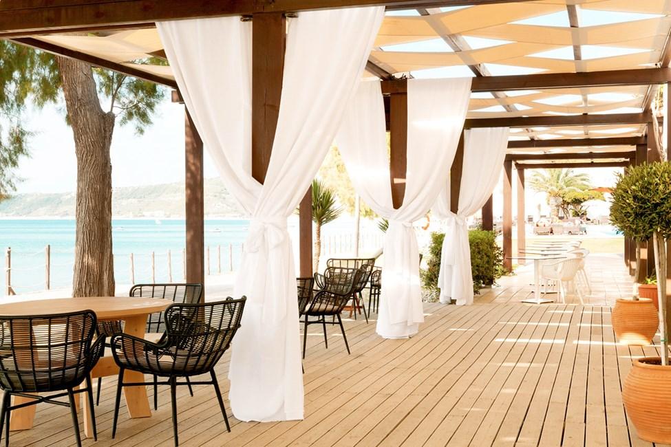 Fra restaurantens terrasse er der skøn udsigt over havet