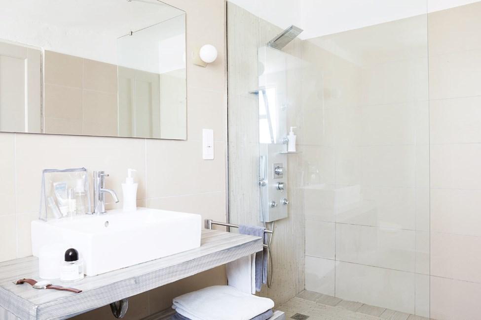 Badeværelse i Prime Lounge Suite med terrasse med havudsigt