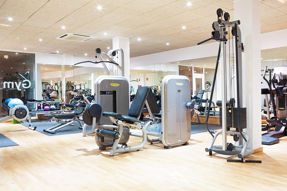 Motionsrummet med træningsmaskiner og frie vægte