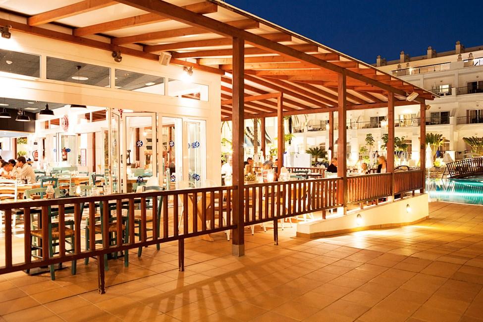 Vicente's Kitchen & Grill med udsigt til poolen