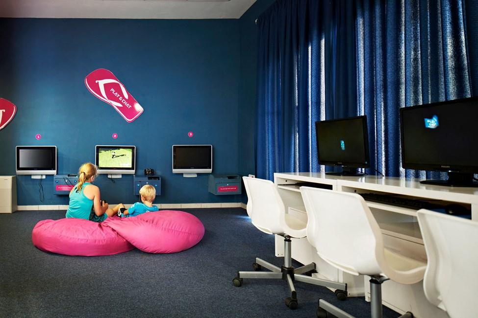 I Play & Chat kan de større børn koble af med tv-spil eller surfe på internettet