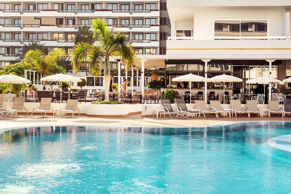 Nyd en forfriskning i poolbaren, der ligger i forbindelse med Sunprime Restaurant