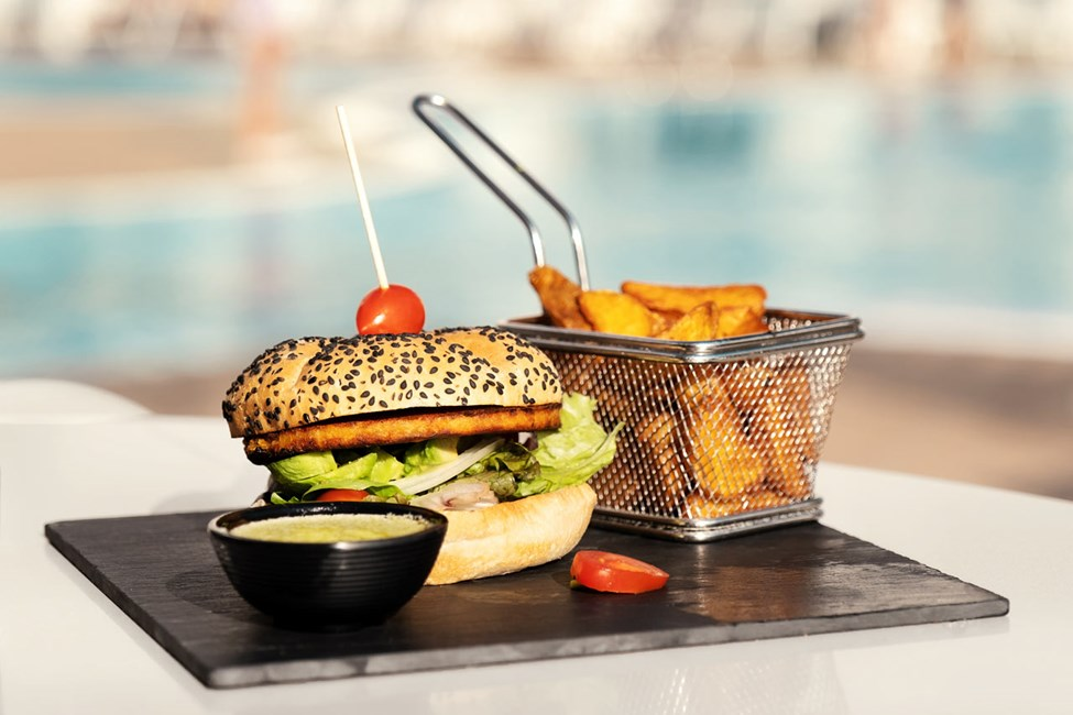 Nyd et godt måltid mad på Sunprime Coral Suites & Spa